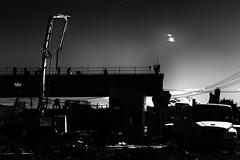 Blanco & negro (betho itinerante) Tags: bn blanconegro contraste sombras luz horizonte textura construcción lineas trabajo ciudad calles tren gente street streetphotography dia cielo nube