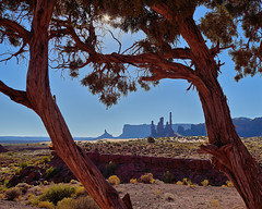 Totem Pole - Monument Valley (W_von_S) Tags: totempole totempfahl monumentvalley nationalpark morning morgen sonne sun trees bäume felsen rocks pillar rockspire felsenturm felssäule landscape landschaft panorama paysage paesaggio red redrocks rot rotefelsen frame rahmen navajo indian usa us america amerika southwest südwesten wvons werner sony outdoor 2016 arizona september