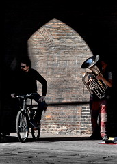 [ Gomma e ottone - Rubber and brass ] DSC_0351.3.jinkoll (jinkoll) Tags: street city town old wall bricks arch architecture bike bicycle couple tuba musician performer wind shadow bologna reflection