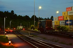 Freightliner 08530 shunting in the Central Terminal at Felixstowe. 20 08 2015 (pnb511) Tags: uk night yard dark suffolk shot dusk loco trains terminal locomotive shipping freight pilot containers shunter freightliner intermodal gronk class08 felixstowedockandrailwaycompany