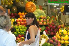 La propietaria (Brujo+) Tags: apple pumpkin manzana peach papaya banana fruta mango pear uva grape pltano pera durazno frutera calabaca