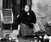 Muller á porta do mecado. (carlosdeteis.foto) Tags: carlosdeteis galiza galicia