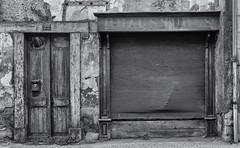 Chaussures...il y a longtemps (Ivan van Nek) Tags: montréjeau avenuedeluchon nikon d7200 hautegaronne midipyrénées languedocroussillonmidipyrénées occitanie nikond7200 bw blackandwhite monochrome decay abandoned urbandecay derailinator architecture architektur architectuur photographiemidipyrénées photographemidipyrénées photographiehautegaronne photographehautegaronne