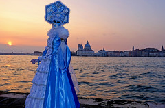 Beautiful ice crystal lady (ej - photography) Tags: carnevale venedig venezia venice venise 2017 costume wasser sangiorgio abend night sunset sonnenuntergang fujifilm xt1 mask maske italien italia italy fujinon xf18135mmf3556r veneto salute isola blue blau sky himmel