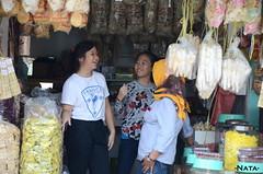 Peserta dari Wil Antonius dan Soter melakukan wawancara kepada pedagang di pasar sebagai praktek komunikasi efektif (Mini Ansos)