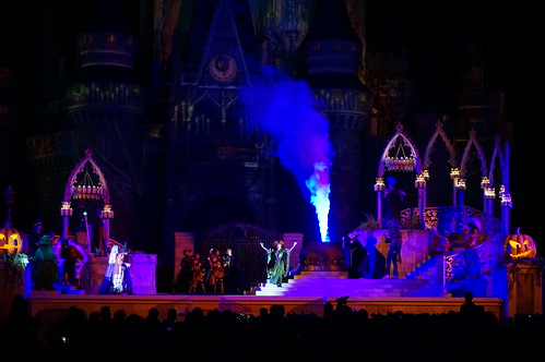 "Hocus Pocus Villain Spelltacular show • <a style=""font-size:0.8em;"" href=""http://www.flickr.com/photos/28558260@N04/22779305082/"" target=""_blank"">View on Flickr</a>"