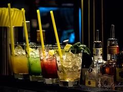 Contrastes (agalayo) Tags: vasos colores hielo bebidas botellas contrastes objetos licores limon lima menta verde rojo amarillo ron kiwi fresa piña transparencia cristal copas