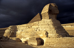 Ägypten 1999 (635) Kairo: Große Sphinx, Gizeh (Rüdiger Stehn) Tags: archäologie archäologischefundstätte sphinx grosesphinxvongizeh giseh gise giza aldschīza alǧīza ilgīza afrika ägypten egypt nordafrika nordägypten bauwerk sakralbau historischesbauwerk urlaub dia minoltasrt100x analogfilm scan slide diapositivfilm analog kleinbild kbfilm 35mm canoscan8800f unescowelterbe unescoweltkulturerbe nekropole altägypten ancientegypt misr unterägypten addiltā welterbe weltkulturerbe ägyptologie reise reisefoto winter 1990er 1990s 1999 rainyweatheringiza
