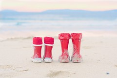 Botas de agua {explore} (Monica Fiuza) Tags: winter red sea beach mar rojo playa invierno botasdeagua waterboots