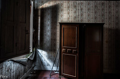 En penumbra (Perurena) Tags: habitacion room dormitorio bedroom armario closet madera wood ventana window luz light sombra abandono decay ruina suciedad polvo dust urbex urbanexplore