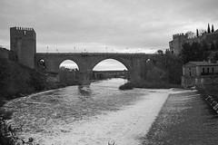 Puente de San Martín (Havock.) Tags: toledo puentedesanmartín puentefortificado trix kodak f2 nikon 35f14 epson v700 blancoynegro azud rio tajo