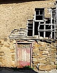 """AMPLITUD DE MIRAS"" (pibepa) Tags: door espaa entramado window ventana spain puerta espanha village fenster pueblo finestra porta porte ate len fachada espagne tr spanien spagna roto spanje pinto deur dyr lasmedulas spnn spania okno vindu estructura drr  espanya castillaylen fnster  hispania deterioro  fenestron  hiszpania   fiestra   panlsko  pordo hispanio ostium     u  pibepa ispana lumix2015"