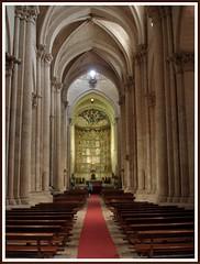 Interior de la Catedral Vieja. (margabel2010) Tags: arquitectura catedral personas bancos monumentos iglesias interiores asientos arcos catedrales piedra retablos columnas catedralvieja capiteles mediopunto arquitecturagtica