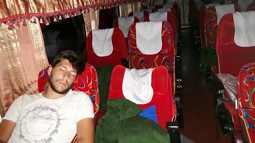 03-03-2017 - Arrivée à Chiang Mai! Et il y en a encore un qui dort encore alors que tout le monde est descendu!!