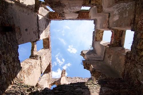 Niebo ponad częścią zachodnią skrzydła południowego zamku w Bodzentynie