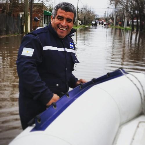 Un bombero de O'Higgins nos ayuda con la lancha @cnnee #inundaciones