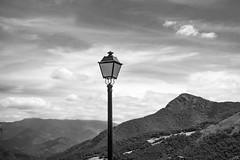 Montaña y Farola (Merly_gon) Tags: montañas cielo farola arboles nubes mountans sky sony a7 sonya7 luz dia byn blanco negro