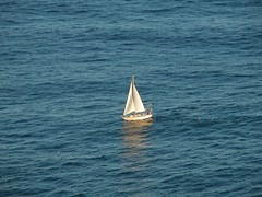 un petit bateau isolé
