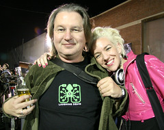 Bruce Sterling & Xeni Jardin (cool shirt) (Scott Beale) Tags: srl survivalreseachlabs losangeles brucesterling xenijardin laughingsquid