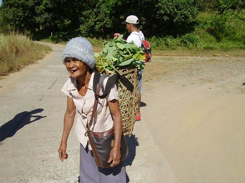 elderly vegetable zambales basket peddler Pinoy Filipino Pilipino Buhay  people pictures photos life Philippinen  菲律宾  菲律賓  필리핀(공화국) Philippines