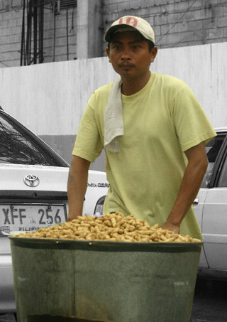 Pinoy Filipino Pilipino Buhay  people pictures photos life Philippinen  菲律宾  菲律賓  필리핀(공화국) Philippines  South Superhighway peanut vendor peanut vendor peddler ambulant boiled