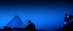 Opera in a dream (... Arjun) Tags: blue 15fav panorama house black wearing silhouette composition 1025fav 510fav work hope during goal nikon opera bravo think joy d70s sydney dream aspiration australia 2006 panoramic here 1870mmf3545g envisage indoors desire vision 2550fav fa