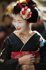 shyness (byzanceblue) Tags: maiko geiko geisha kyoto kagai miyagawacho kawayoshi gion shyness smile japan japanese traditional beauty lovely cute girl female woman red white 京都 舞妓 宮川町 ふく那 河よ志 black ☼ il canto delle sirene