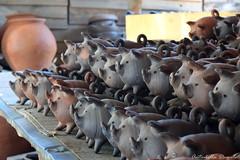 Cerdos Pomairinos (T o r n a s o l a r ☀) Tags: chile artesania pomaire greda pig cerdos clay pigs crafts travel countrified nikon photo chacho chanchitos