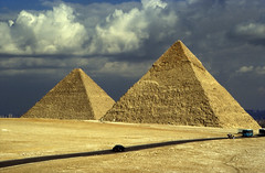 Ägypten 1999 (629) Kairo: Große Pyramiden, Gizeh (Rüdiger Stehn) Tags: archäologie pyramiden giseh gise giza alǧīza afrika ägypten aldschīza ilgīza egypt nordafrika nordägypten bauwerk sakralbau historischesbauwerk dia urlaub analogfilm scan slide diapositivfilm kbfilm kleinbild analog canoscan8800f 35mm archäologischefundstätte unescowelterbe unescoweltkulturerbe ancientegypt altägypten misr unterägypten addiltā welterbe weltkulturerbe ägyptologie reise reisefoto cheopspyramide 1990er 1990s 1999 winter chephrenpyramide grosepyramide