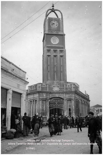1941. IL MERCATO DI VALONA CON LA TORRE DELL'OROLOGIO. FOTOGRAFATO DAL DOTTORE PIERLUIGI ZAMPERIN, TENENTE MEDICO DEL 21° OSPEDALE DA CAMPO DELL'ESERCITO ITALIANO.