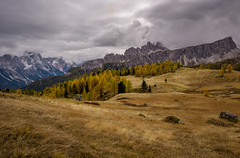 Ein Sturm zieht auf... (A.K_Photography Hamburg) Tags: italien autumn mountains nature landscape herbst berge belluno dolomiten cortinadampezzo 5torri nikond810 rifugiocinquetorri afsnikkor24mm114ged unescoweltnaturerbedolomiten