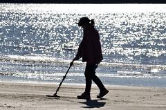 Le besoin de chercher (maxguitare1) Tags: sea mer france beach mar nikon mare playa plage spiaggia contrejour gard metaldetector mditerranne chercheurdor detectordemetales d7000 goldprospector nikond7000 buscadordeoro cercatoregold detecteurdemtaux