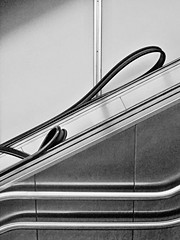 270214_897   `abstract looping´ (the_apex_archive) Tags: vienna wien bw abstract detail austria loop escalator line loops sling apex sw slings abstrakt rolltreppe movingstaircase grafisch maintanance linien handlauf abstractly wartung abstractionism schlaufen abstrahiert 270214