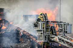 _V0A0097 (oslobrannogredning) Tags: bygningsbrann flammer fullfyr brann totalbrann røykdykker røykdykking røykdykkere arbeidpåtak arbeidihøyden høydemateriell stigebil lift