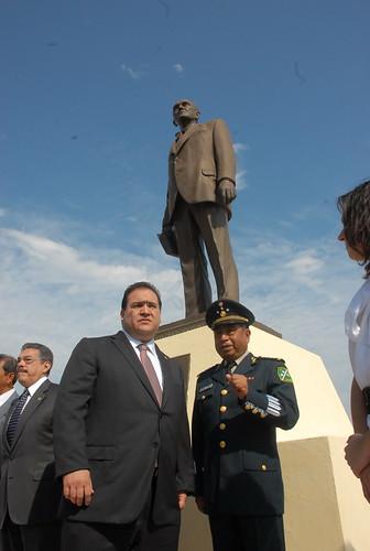 El gobernador Javier Duarte de Ochoa colocó una ofrenda floral y montó guardia de honor por el 121 aniversario de su natalicio de Adolfo Ruiz Cortines.
