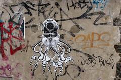 _DSF1276 - Street art (Jack-56) Tags: scaphandre pieuvre streetart fujix100t x100t