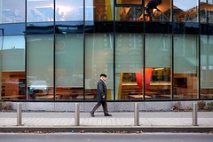 Toque 8-2017 ( serie walkers ) (Kairos !) Tags: walker walkers walk walking street streetview streetwalk streetphotography streetphotographer urban city reflet reflection fujifilm fujixt10