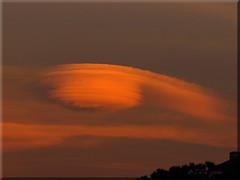....camminando (l' Eu_genio) Tags: tramonto nuvole nuvola lenticolare