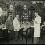 Archiv K338 Herrenfriseur, der Meister mit Gattin, der Geselle und der Lehrling, Berlin 1900er thumbnail