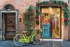 Dos puertas (bervaz) Tags: roma rome bicicleta navidad callesderoma sony a7rm2 doors door adorno navideño