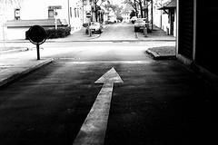 Walk this way (Leica M6) (stefankamert) Tags: stefankamert arrow pfeil bw sw baw blackandwhite blackwhite schwarzweis noir noiretblanc monochrome leica m6 leicam6 rangefinder trix kodak film analog voigtländer nokton street