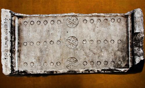 "Petteia - Ludus Latrunculorum  / Iconografía de las civilizaciones helenolatinas • <a style=""font-size:0.8em;"" href=""http://www.flickr.com/photos/30735181@N00/31710142663/"" target=""_blank"">View on Flickr</a>"