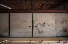 Le temple Kennin-ji. Portes coulissantes peintes (kingfisher001) Tags: daien fujin gion higashiyamaku japan japon junsakukoizumi kenninji kyoto raijin rinzai sotatsutawaraya yasakato artiste bouddhiste cinqétages cloisons coulissantes dieux dragons décorées fresque japonais jardinderocaille jardinzen jardins jardinszen jumeaux motif pagode paravent peintures portes préfecturedekyoto sable shinto temple toiles tonnerre vent zen école