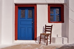 Santorini - Akrotiri - rue du village 6 (luco*) Tags: door window chair village chapel santorini greece porte santorin fenêtre grèce chapelle chaise cyclades akrotiri kyklades hellada flickraward flickraward5 flickrawardgallery