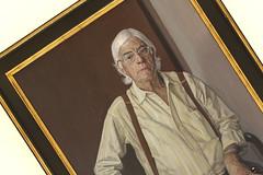 Perspectiva de autor. (elojeador) Tags: retrato gafas hombre leo cuadro exposicin lienzo tirantes siquier carlosprezsiquier elojeador andrsgarcaibaez ibaado