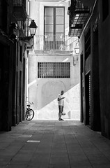 On the Phone (hungm.do) Tags: barcelona street trip white black smart canon 50mm spain alley europe shadows phone gothic sunny architektur gasse t3i 600d einfarbig