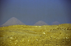 Ägypten 1999 (565) Kairo: Sakkra und Dahschur (Rüdiger Stehn) Tags: pyramide unterägypten nordägypten bauwerk afrika ägypten egypt nordafrika 1999 winter urlaub dia analogfilm scan slide 1990er 1990s diapositivfilm analog kbfilm kleinbild canoscan8800f canoneos500n 35mm misr مصر aldschīza alǧīza ilgīza الدلتا addiltā reise reisefoto sakkara dahschur knickpyramide pyramidedessnofru rotepyramide sakralbau nekropole pepiiipyramide ruine altägypten altertum archäologie antike historischesbauwerk archäologischefundstätte ägyptologie memphis saqqara saqqāra saʾʾāra سقارة