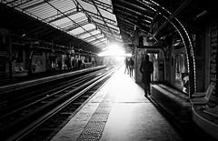 Les silhouettes dans la lumière (Paolo Pizzimenti) Tags: homme lire journal métro lumière tunnel paris paolo olympus zuiko penf 12mm f2 17mm f18 mirrorless m43 film pellicule argentique doisneau