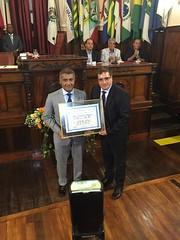 Romário recebe a placa das mãos do vereador Andrigo