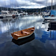 A beautiful wooden dinghy at Kermandi River